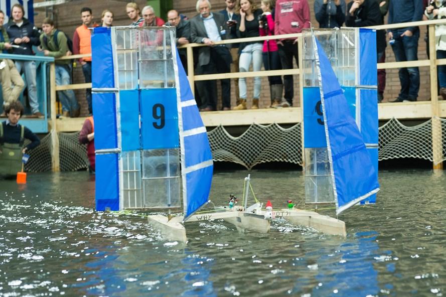 Watervlug manoeuvrerende monohulls bij strijd om snelste zeiljacht
